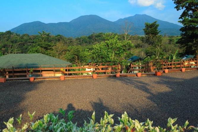 Tenorio Lodge Blick vom Parkplatz auf den Vulkan
