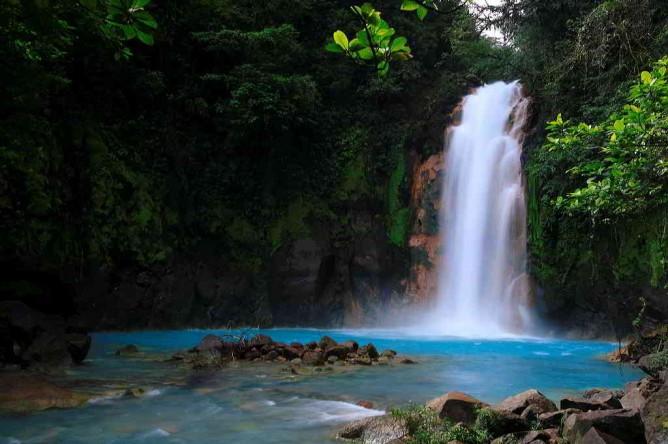 Blauer Wasserfall Rio Celeste im Nationalpark Tenorio