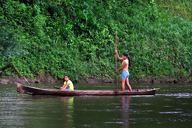 Boca Tapada – Kinder fahren Boot
