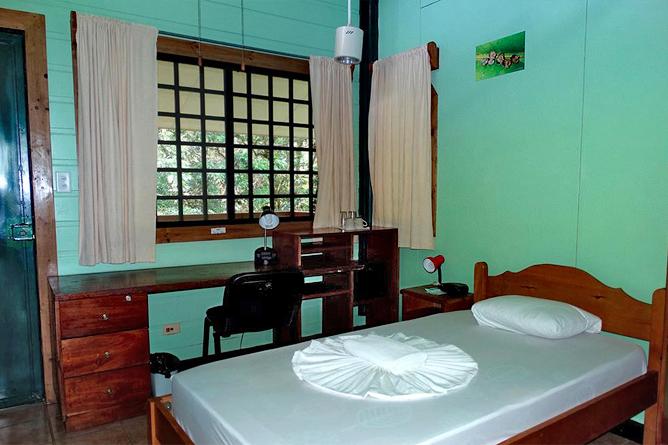Biologische Station Bungalow Zimmer Betten und Schreibtisch