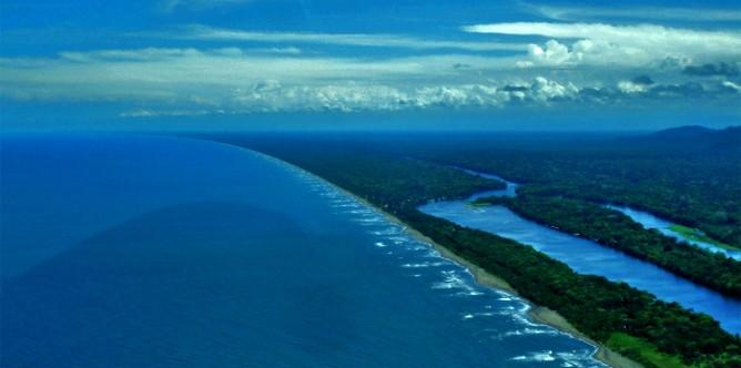 Luftaufnahme-karibisches-Meer-Tortuguero-Kanal