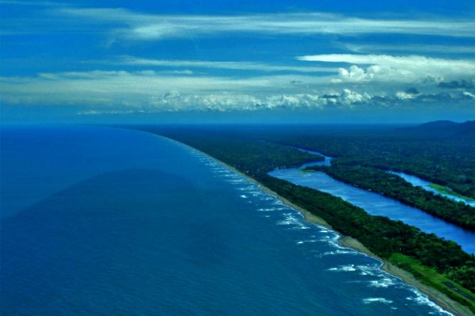 Laguna Lodge Tortuguero – Luftaufnahme: karibisches Meer, Tortuguero-Kanal