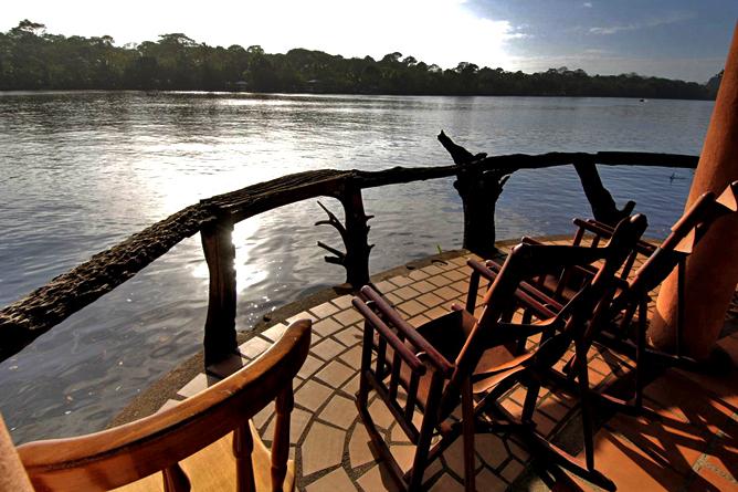 Laguna Lodge Tortuguero – Panoramadeck an der Lagune vor der Lodge