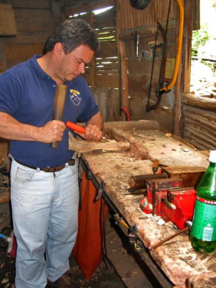Holzschnitzer in Orosi