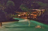 Azania-Swimmingpool-bei-Nacht