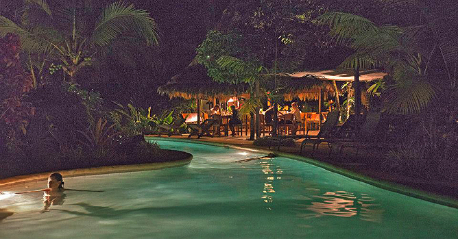 Azania – Swimmingpool bei Nacht