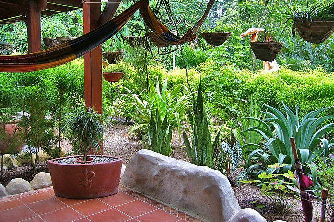 Casa Renada – Bungalow: Terrasse mit Gartensicht