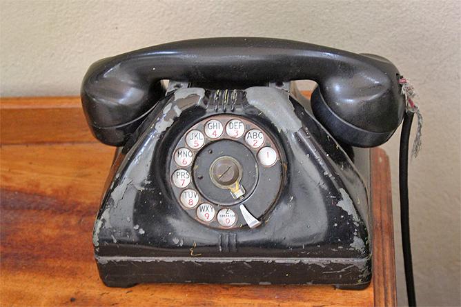 Don-Carlos-Kolonial-Gebäude-antikes-Telefon
