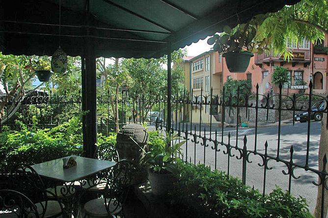 Don Carlos – Restaurant: straßenseitigeTerrasse