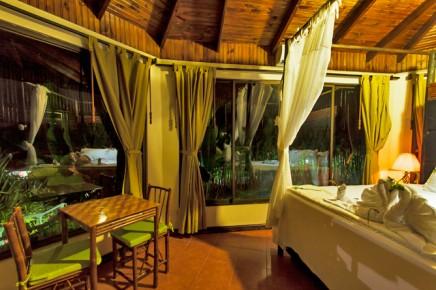 Green-Lagoon-Honeymoon-Bungalow-Schlafbereich