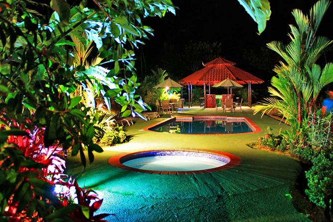 Green Lagoon – Poolbereich bei Nacht
