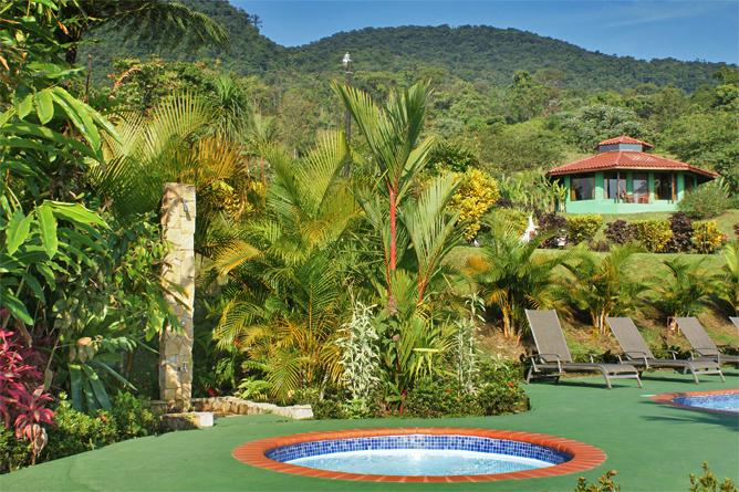 Green Lagoon – Poolbereich mit Sicht auf Honeymoon-Bungalow