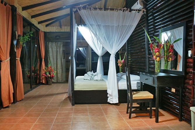 Green Lagoon – Villa: Schlafzimmer mit King-Bett