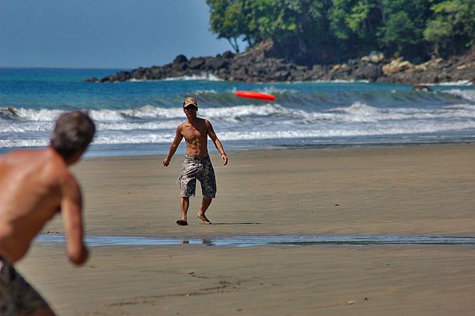 La Cusinga Ecolodge – Frisbeespieler am Strand