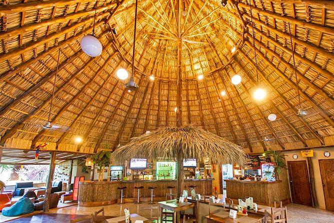 Pasatiempo Restaurant mit hohen Palmendach