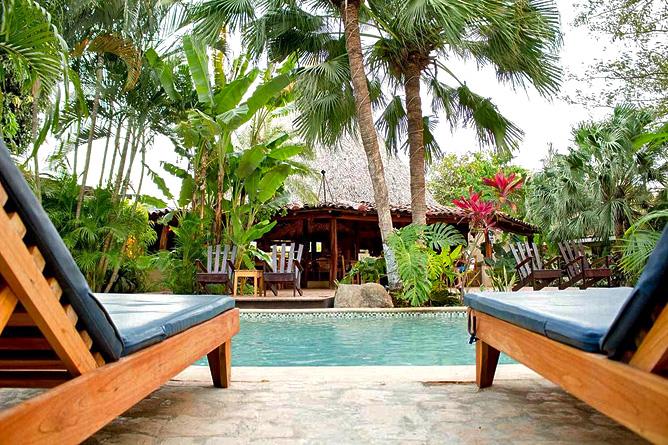 Pasatiempo Swimming Pool mit Sonnenliegen