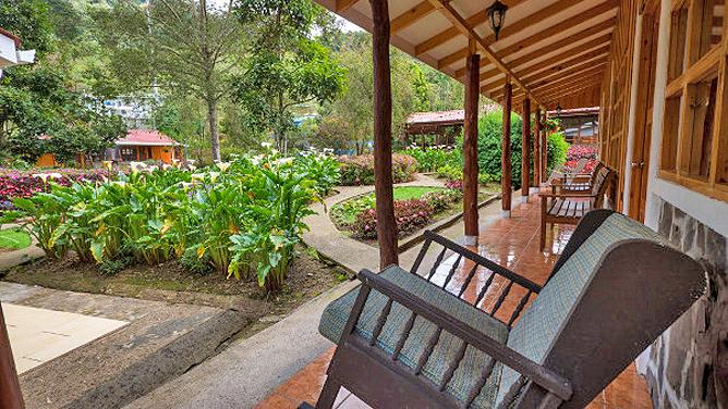 Suria Lodge Standard Zimmer Terrassenbereich