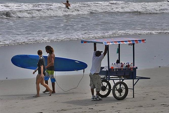 Nationalpark Manuel Antonio Costa Rica – Surfer und Verkäufer am Strand