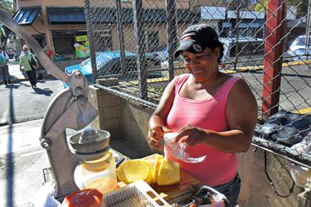 Straßenverkäuferin in Costa Rica