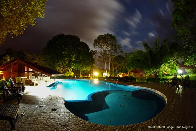 Natural Lodge Caño Negro – Abendstimmung am Swimmingpool