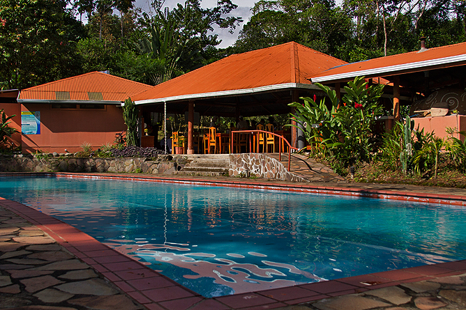 Finca Luna Nueva – Swimmingpool und Restaurant
