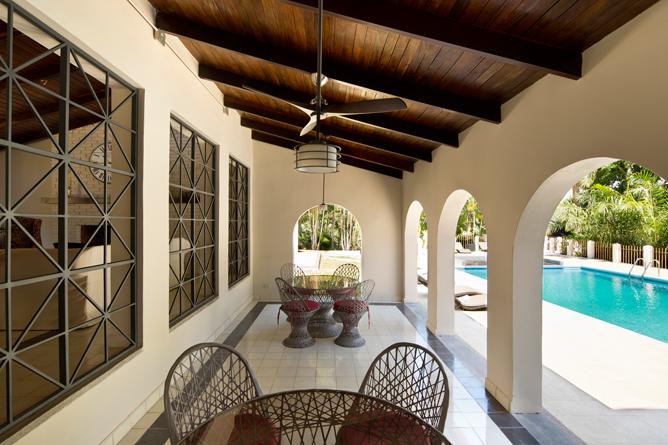 Villa San Ignacio – Restaurant: Terrasse beim Swimmingpool