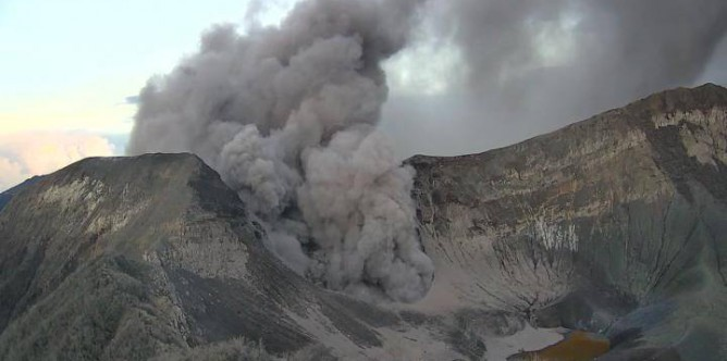 vulkan-turrialba02-vom-2016-09-20-gaswolke-eruption-5-34-am
