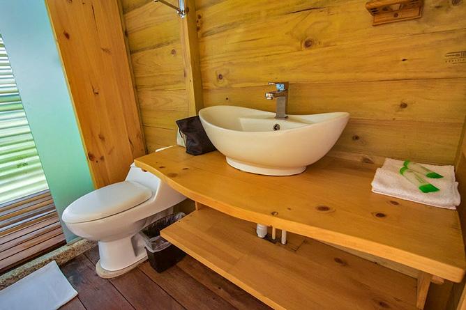 Lirio Lodge Bungalow Badezimmer