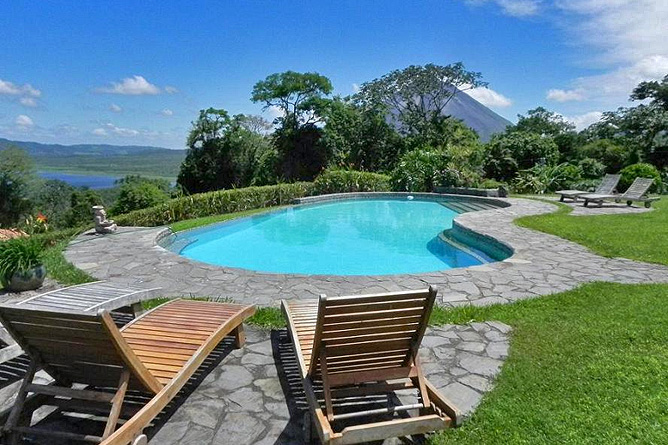 Nephente Bed and Breakfast – Pool, Vulkan Arenal im Hintergrund