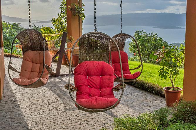 Nephente Bed and Breakfast – Relaxen in Hängekorbstühlen