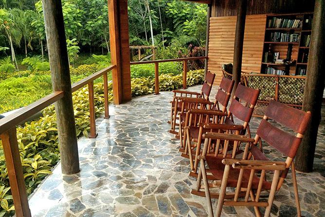 Macaw Lodge – Aufenthaltsbereich Schaukelstühle