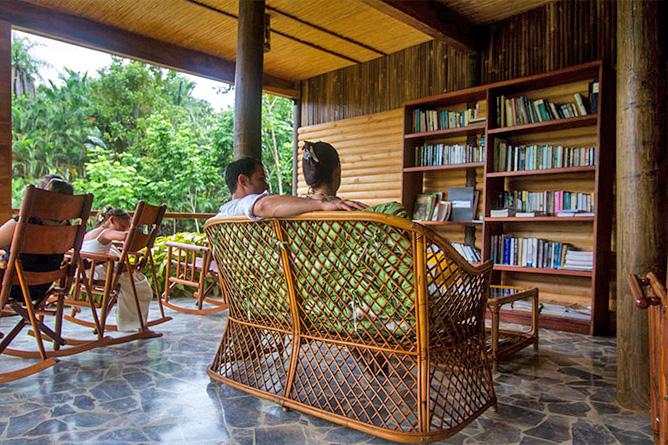 Macaw Lodge – Aufenthaltsbereich und Bibliothek