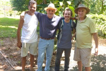 Macaw Lodge_Besitzer Pablo mit weißem Hut und Expertenteam
