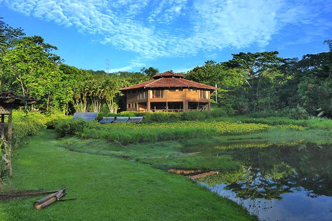 Macaw Lodge – Blick von Lagune auf die Lodge