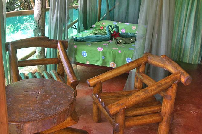 Isla Violín – Cabana-Deluxe, Bett und Sitzbereich