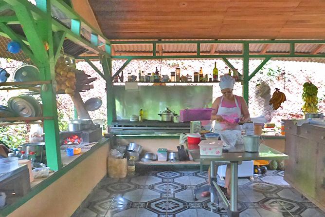Isla Violín – Küche, Köchin Ana
