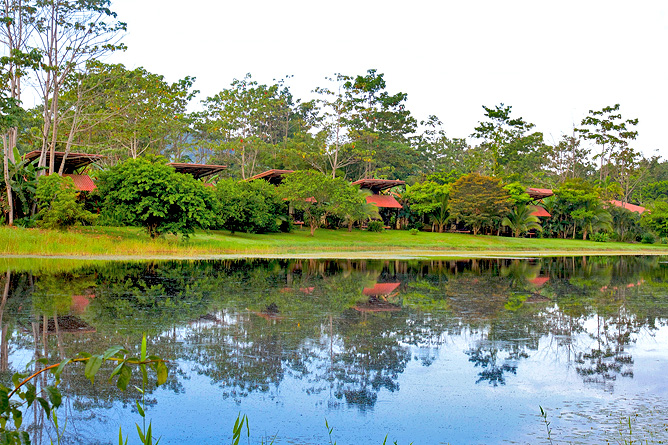 Maquenque Lodge – Bungalows mit Blick auf Teich