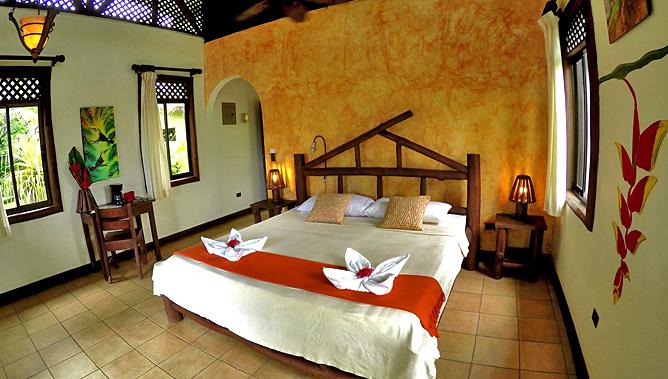 Maquenque Lodge – Doppelbett mit Schreibtisch
