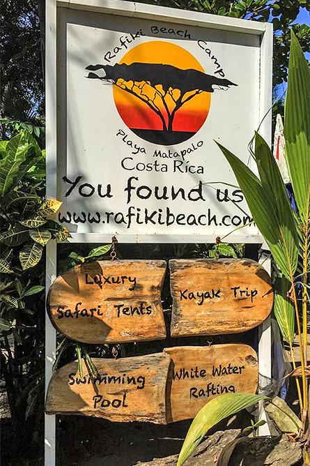 Rafiki Beach Camp – Schild zur Einfahrt