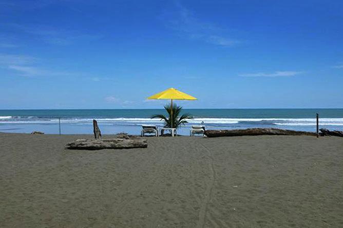 Rafiki Beach Camp – Strandbereich mit Sonnenliegen