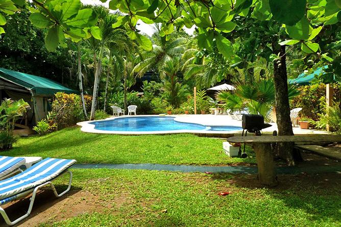 Rafiki Beach Camp – Garten mit Pool
