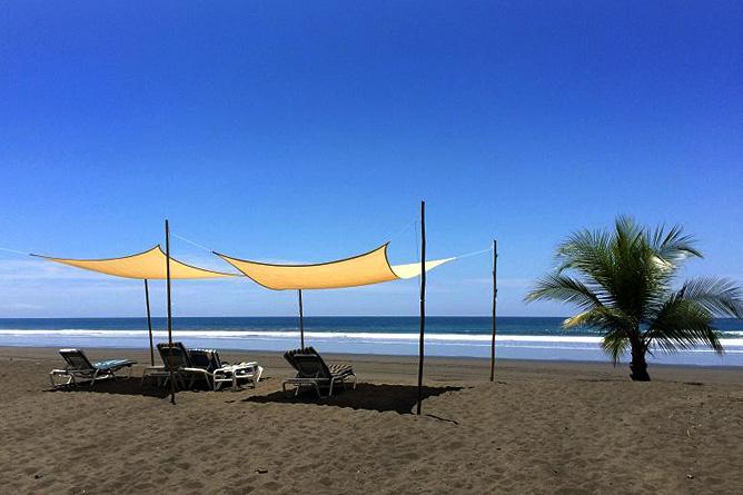 Rafiki Beach Camp – Strand mit Liegen und Sonnenschirmen