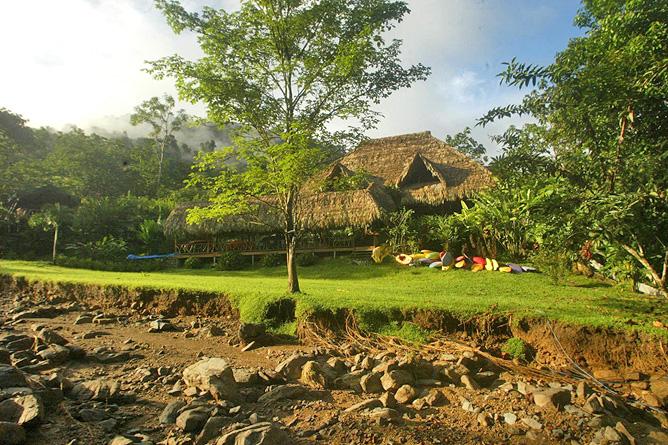 Rafiki Safari Lodge – Haupthaus mit Palmendach