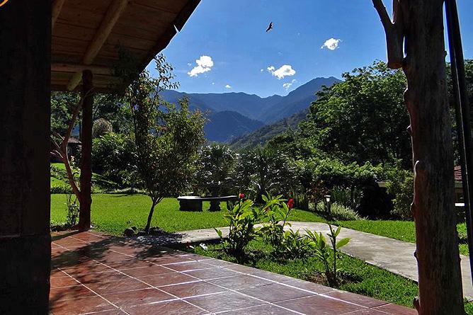 El Pelicano Gartenblick vom Haupthaus