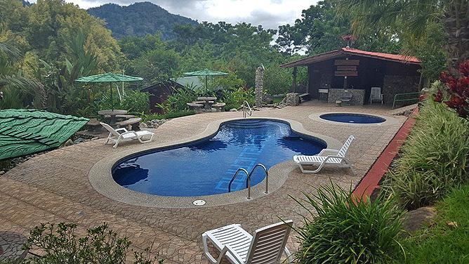 El Pelicano Pool mit Sonnenliegen