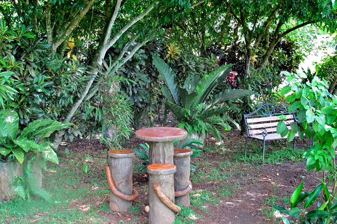 Arenal Montechiari Garten mit Sitzmöglichkeiten