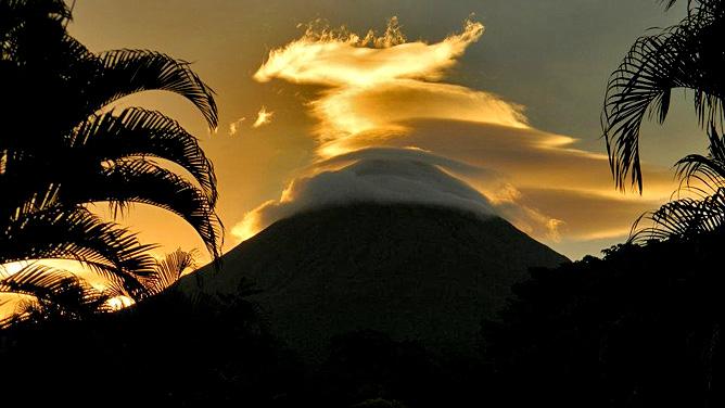 Arenal Montechiari Sicht auf Vulkan Arenal am Abend