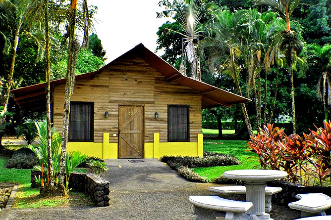 Country Inn Arenal Bungalow mit Terrasse Aussenansicht