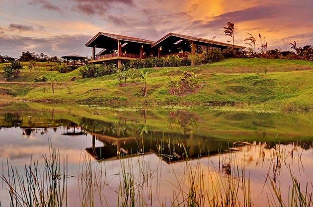 Manoa Arenal Restaurant mit Blick auf den Teich