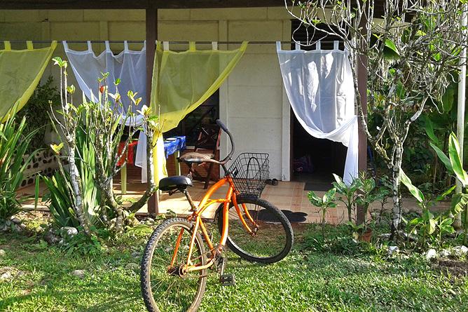 Fahrradfahren Südkaribik Fahrrad vor dem Bungalow